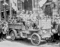 Первые грузовики вызывали всеобщее внимание на улицах американских городов