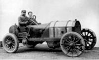 Винченто Лянча и его механик за рулемсвоего  гоночного FIAT 130HP. Честно говоря. машина больше похожа на трактор (1907 год)