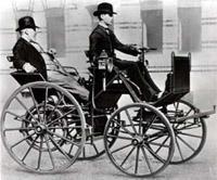Готлиб Даймлер в качестве пассажира на своем детище (1889 год)