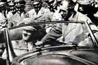 Потом Фердинанд Порше лично усадил фюрера за руль самого первого KdF. Машина была кабриолетом и очень понравилась...
