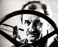 """По окончании войны Фердинанд Порше за выполнение личного заказа фюрера - создание """"народного автомобиля"""" - провел два года в заключении, работая простым конструктором на заводах Renault (Франция)"""