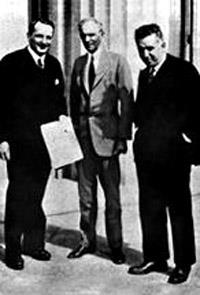 К открытию ГАЗа в России приложил руку лично Генри Форд: торжественный момент советские дипломаты демонстрируют подписанный договор о сотрудничестве с Ford Motor Company