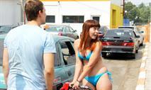 Девушкам на АЗС предложат раздеться за 30 литров топлива, фото 1