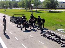 Омские курсанты разобрали УАЗик за 90 секунд