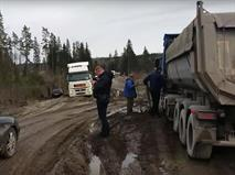 Фуры застряли в грязи на платной дороге «Платона»