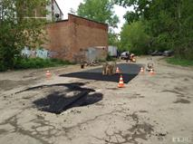 В Екатеринбурге пень посреди дороги обложили асфальтом, фото 2