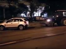 В Москве коммунальщики трактором эвакуировали машины под запрещающий знак