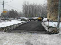 Власти Москвы назвали нормальной замену асфальта в снег и дождь