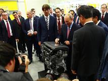 Абэ и Путин открыли моторный завод во Владивостоке